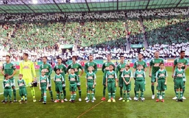 Fußballeskorte in Grün-Weiss -